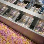 הכנסה אוטמטית של סוכריות לקופסאות